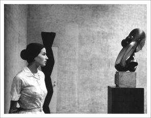 Silvana Mangano con le sculture di Constantin Brâncuşi al MoMA di New York, 1956