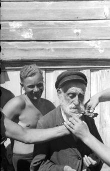 Soldati tedeschi che tagliano la barba di un vecchio ebreo, Ucraina, 1941