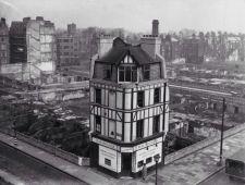 Solo edificio sopravvissuto a Holborn, Londra, durante il Blitz, tra il 1940-41. Foto di Reg Speller
