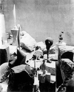 Studio di Constantin Brancusi a 8 impasse Ronsin, Parigi, c. 1923-4. Foto di Constantin Brancusi