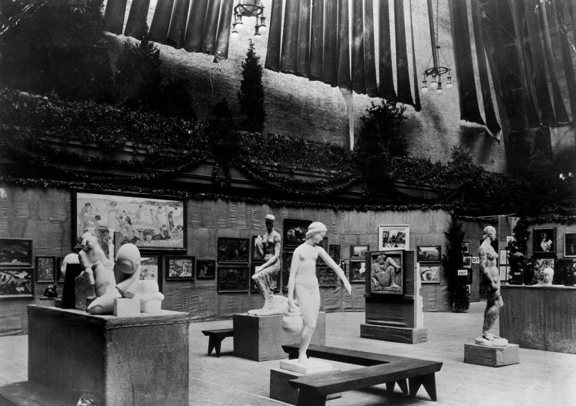 """The Armory Show, 1913. """"gruppo mobile"""" di Brancusi a sinistra con Mademoiselle Pogany alla ribalta"""