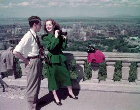 Turisti guardano la città di Montreal dalla vista sul Monte Royal, Quebec, giugno 1950