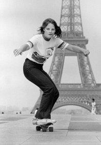 Una giovane Jodie Foster in skate di fronte alla Torre Eiffel