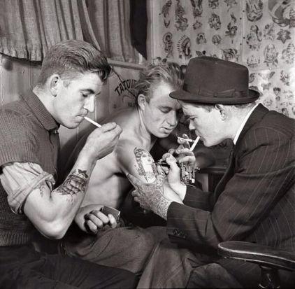 Uomini in un negozio di tatuaggi, 1920