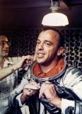 Alan Shepard, il primo americano nello spazio, si infila la tuta