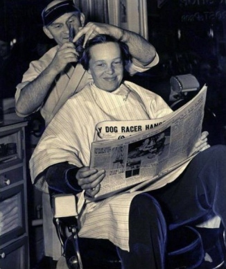 Amelia Earhart, una leggendaria aviatrice statunitense, si taglia i capelli per l'ultima volta