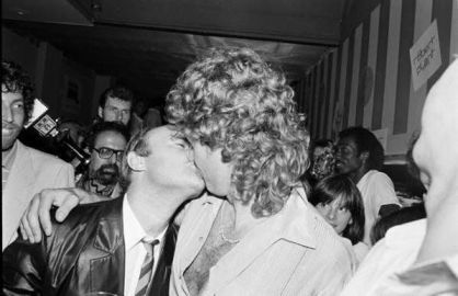 Bacio tra Robert Plant e Phil Collins