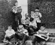 Bambini che leggono 'Mighty Mouse', il primo fumetto 3D, 1953