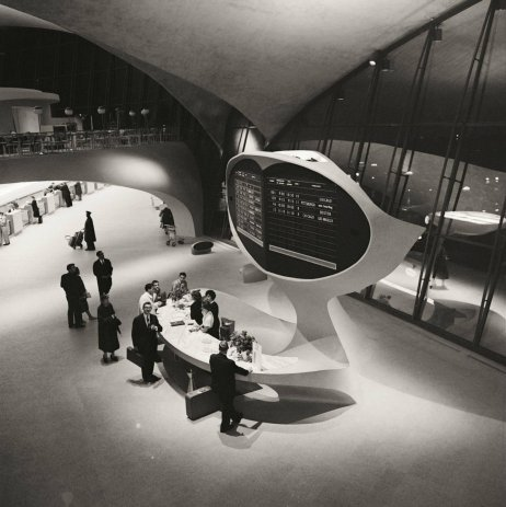 Banco informazioni, terminal di Trans World Airlines, aeroporto John F. Kennedy, New York, circa 1956. Fotografia di Balthazar Korab