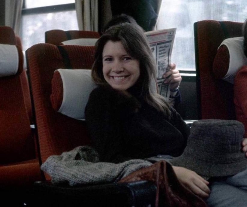 "Carrie Fisher su un treno verso Finse, in Norvegia, per le riprese di ""Empire strikes back,"" 1979"
