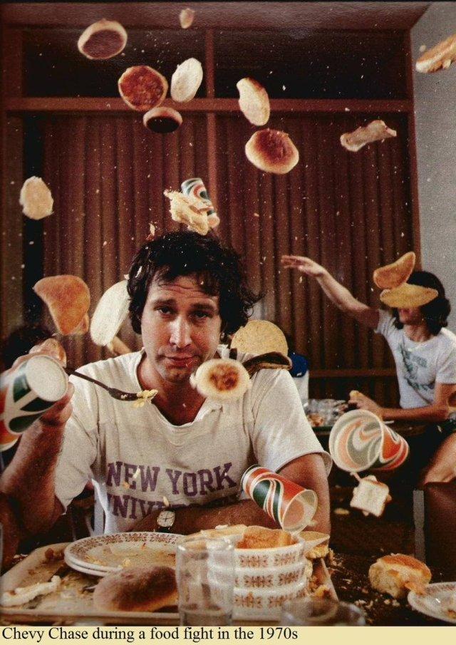 Chevy Chase durante una battaglia di cibo negli anni 70