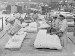 Donne che producono materassi di amianto in una fabbrica a Trafford Park, Manchester