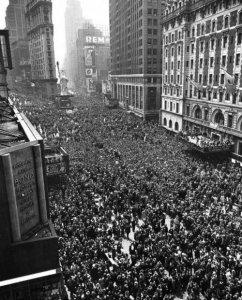 Due milioni di persone si sono riunite a Times Square per celebrare la fine della seconda guerra mondiale, l'8 maggio 1945