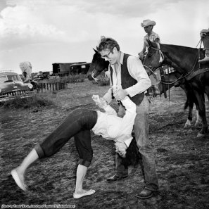 Elizabeth Taylor a testa in giù con James Dean sul set del film 'Giant', 1956