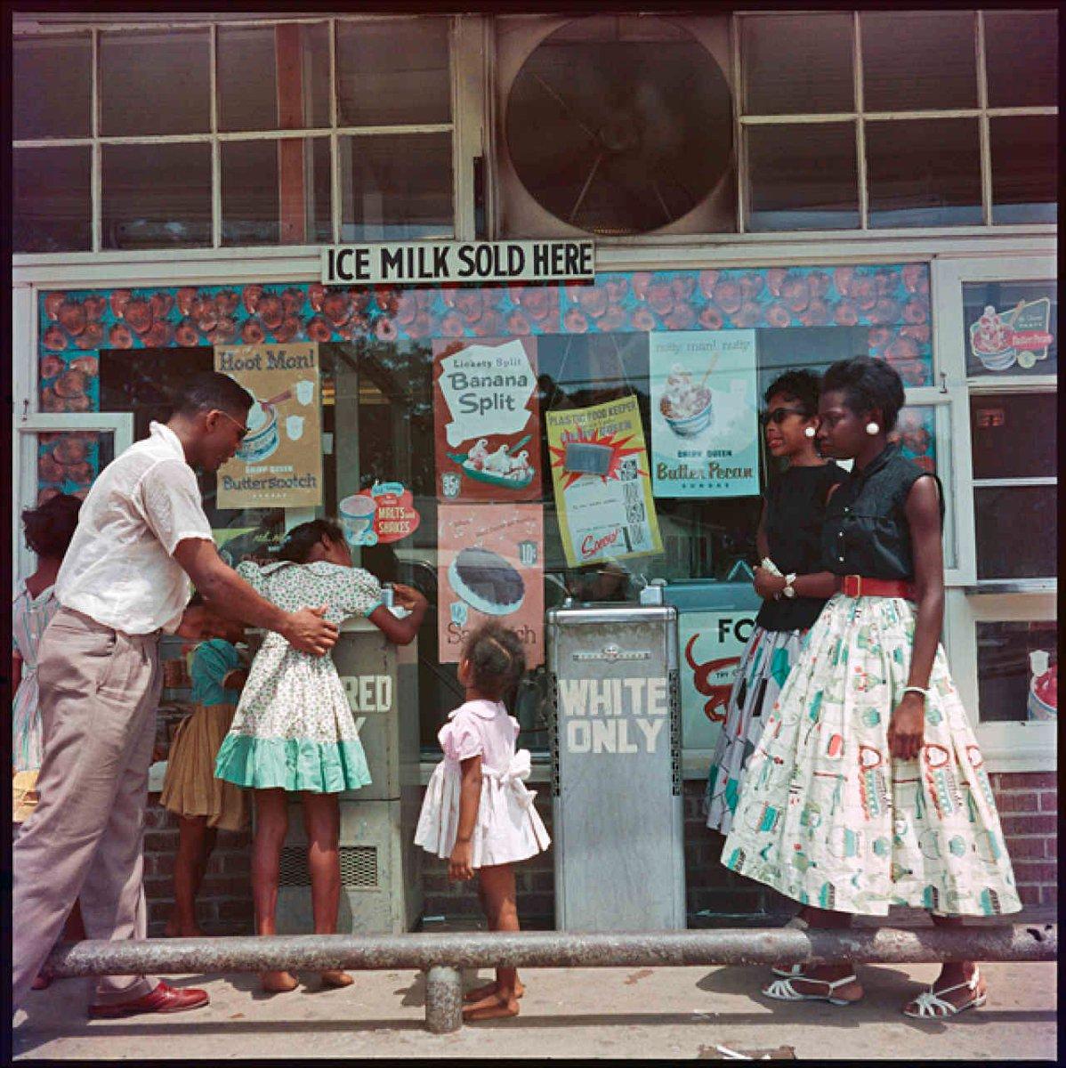 Fontana per neri e bianchi, Alabama, 1956. Fotografia di Gordon ...
