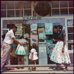 Fontana per neri e bianchi, Alabama, 1956. Fotografia di Gordon Parks
