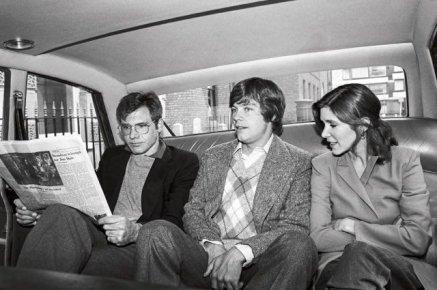 Harrison Ford, Mark Hamill e Carrie Fisher condividono un taxi di Londra nel 1980