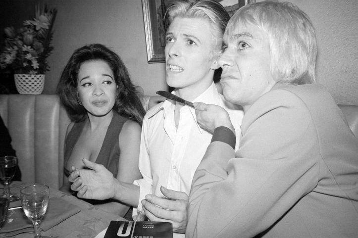 Iggy Pop che punta un coltello alla gola di David Bowie, 1976