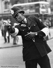 Il primo ufficiale di polizia nero di Londra, PC Norwell Roberts, sul punto di servizio vicino alla stazione di Charing Cross, 1968