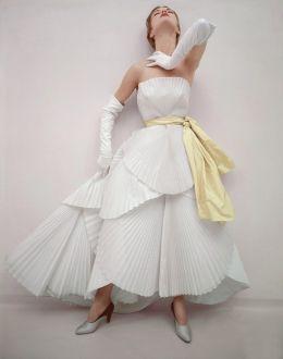 Jean Patchett vestita Dior, 1950. Foto di Norman Parkinson