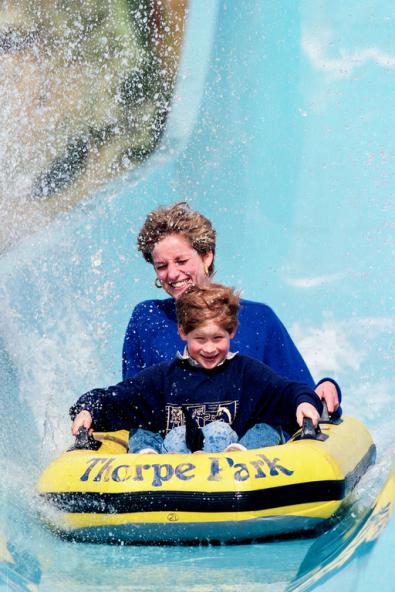 La Principessa Diana e il principe Harry in un parco divertimenti, 1992. Fotografia di Julian Parker