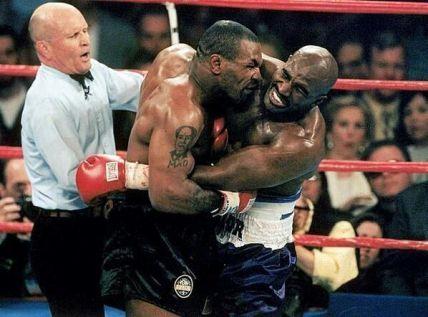 Mike Tyson morde l'orecchio di Evander Holyfield nell'infame lotta dei pesi massimi. 1997