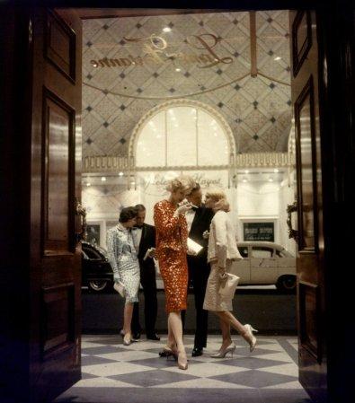 Modelle accompagnate da un paio di uomini al teatro Lunt-Fontanne, 1958. Fotografia di Gordon Parks