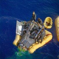 Neil Armstrong e David Scott mentre la loro capsula Gemini 8 viene recuperata, 1966