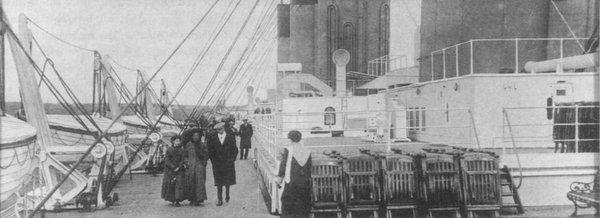 Passeggeri sul lato porto del ponte del Titanic. Immagine scattata mentre il Titanic era a Queenstown, giovedì 11 aprile 1912