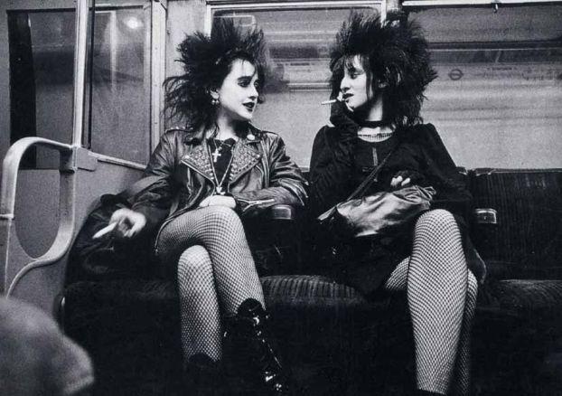 Ragazze punk in metro, Londra, 1982