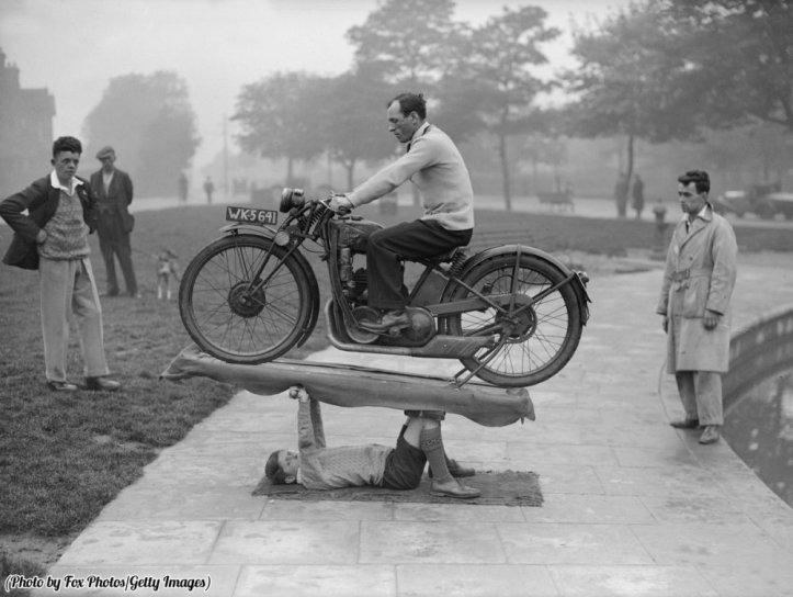 """""""Ragazzo Sansone"""" il figlio di 14 anni del signor W. Highfield di Coventry, supportava una moto di 200 chili e il suo cavaliere, 1932"""