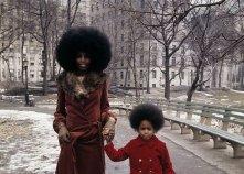 Stile anni 70. Madre e figlia a passeggio per New York City