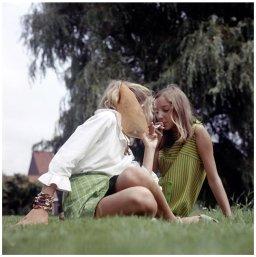 Teenagers che fumano sull'erba, 1969. Fotografia di Henk Hilterman