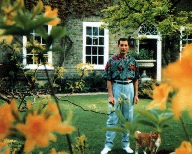 Una delle ultime fotografie di Freddie Mercury nella sua casa di Garden Lodge a Kensington, 1991