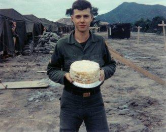 Una tortaper il 20° compleanno di un soldato, Dodge City, Vietnam, 1967