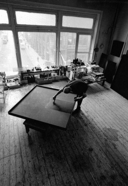 Ad Reinhardt nel suo studio a New York