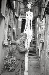 Alberto Giacometti nel cortile dell'atelier con il gesso della Grande donna IV, 1960