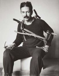 Alexander Calder a lavoro, fotografato a Parigi nel 1929. Fotografia di André Kertész