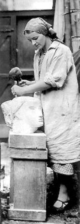 Barbara Hepworth intaglia una testa, 1930