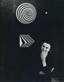 Bridget Riley alla Gallery One di Londra con Uneasy Center (sopra) e Off (sotto), (1962)