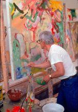 De Kooning nel suo studio, con una bottiglia di olio di cartamo e ciotole di vernice sul suo tavolo da lavoro, 1971