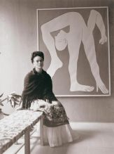 Frida Kahlo alla mostra Pablo Picasso, nel Museo del Arte Moderno di Città del Messico nel 1944