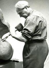 Henry Moore lavora nel suo studio