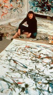 Joan Mitchell ha portato una voce molto forte femminile al movimento maschile dominato dall'espressionismo astratto. Qui posa con il suo lavoro per Life Magazine nel 1957