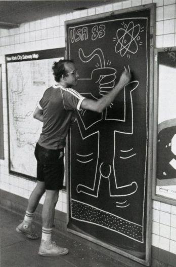 Keith Haring dipinge nella metropolitana