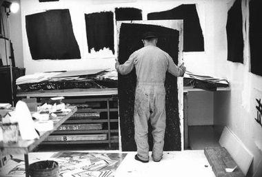 Lo scultore minimalista americano Richard Serra al lavoro sulle sue incisioni e composizioni pittoriche in California intorno a novembre 1990