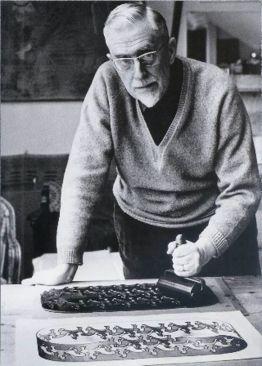 M.C. Escher lavora nel suo studio