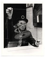 Marcel Duchamp controlla una sua opera prima di una mostra