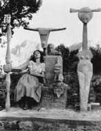 Max Ernst e Dorothea Tanning con la scultura del Capricorno, Sedona, Arizona, 1948 Foto di John Kasnetzis