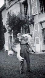Pablo Picasso col suo cane Bob, Francia, 1932
